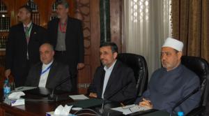 الرئيس الإيراني أحمدي نجاد لدى لقائه شيخ الأزهر أحمد الطيب الثلاثاء (وكالات)