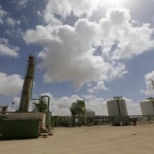 النفط يهبط دولارا بعد اتفاق إعادة فتح موانئ ليبية