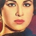 بالفيديو: سقوط حاملي نعش فاتن حمامة بسبب التدافع الشديد