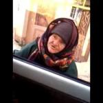 """بالفيديو: عجوز تحوار عناصر """"داعش"""" في أخلاق الإسلام"""