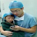 جراح يهدئ طفلة قبل خضوعها لعملية في القلب
