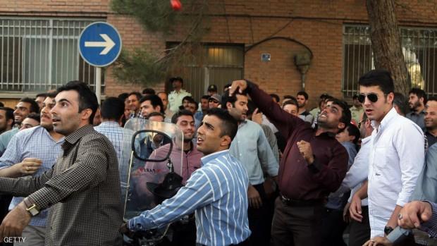 إيرانيون هاجموا السفارة السعودية في طهران