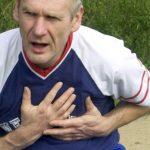 الشك بأزمة قلبية يستدعي الاتصال بالطوارئ فورا