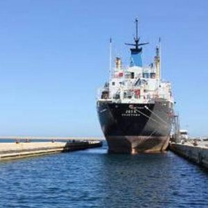 وحدات الإنقاذ بميناء طرابلس تتمكن من تعويم سفينة قبرصية جانحة