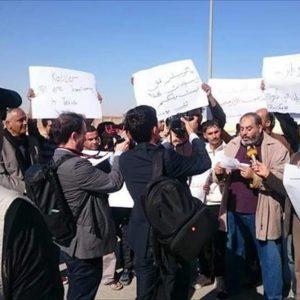 مُحتجون يغلقون مقر هيئة الكهرباء في البيضاء ويطالبون بإقالة رئيسها