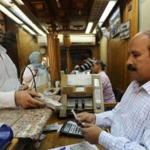 الدولار ينخفض في مصر مع الركود التجاري