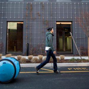 روبوت يتبع صاحبه بتسوقه ونزهاته ويحمل أمتعته