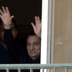 بعد 6 سنوات.. مبارك يعود إلى منزله