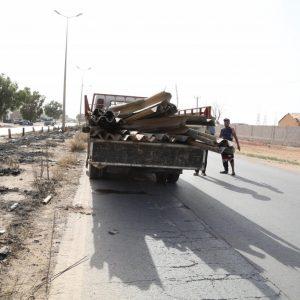 بلدية بنغازي تباشر أعمال النظافة بطريق مطار بنينا الدولي