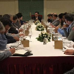 رئيس المجلس الرئاسي يلتقي وفداً من شيوخ وأعيان وشباب قبيلة العواقير