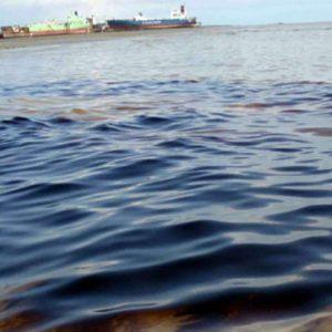 الكويت تحاول احتواء تسرب نفطي في مياهها الإقليمية