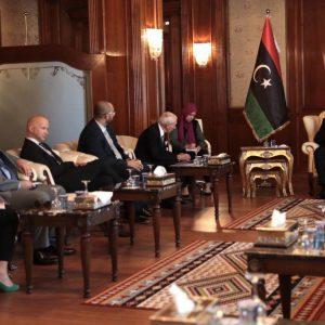 السراج مع مدير المنظمة الدولية للهجرة يستغرب الحديث عن ليبيا فقط بالخصوص