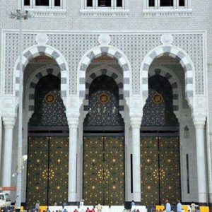 المداخل فالأبواب ومداخلها فِجاج : أسماء الطرق المؤدية إلى المسجد الحرام