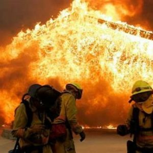 إعلان حالة الطوارئ جراء حرائق مدمرة تجتاح كاليفورنيا
