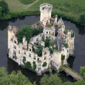 قصر أثري وسط فرنسا يمتلكه 25 ألف شخص