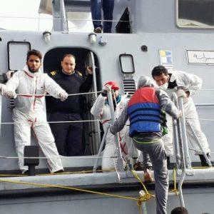 حرس السواحل يتمكن من إنقاذ «352» مُهاجرًا غير شرعي