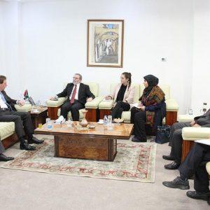 سفير «بريطانيا» يُبدي رغبة الشركات البريطانية في الإستثمار في النفط والغاز بـ«ليبيا»