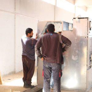 فريق مهندسي شركة الكهرباء يشرع في تركيب محطة توليد جديدة جنوب صبراتة