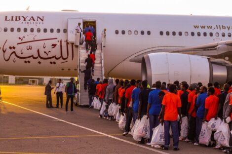 عملية إجلاء مهاجرين