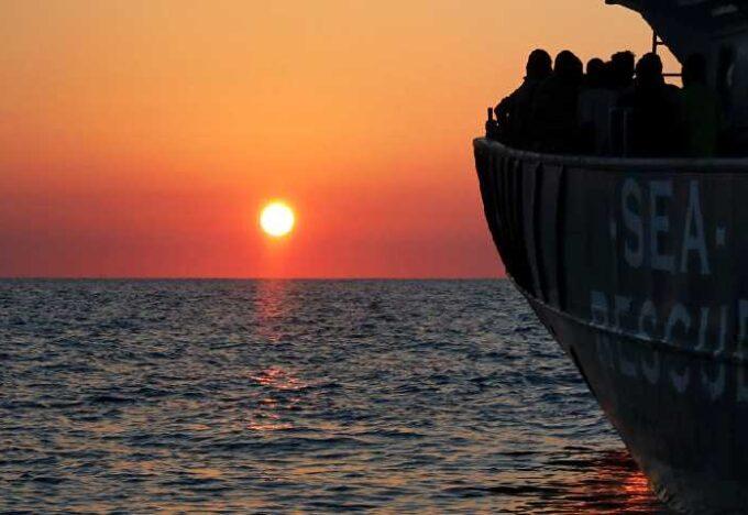 قارب-يحمل-مهاجرين