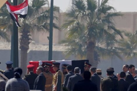 راسم تشييع جثمان الرئيس المصري الراحل حسني مبارك في جنازة عسكرية