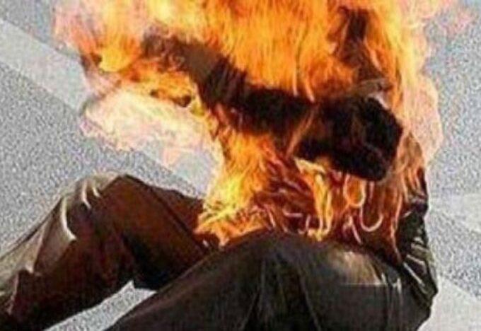 رجل يُضرم النار في جسده