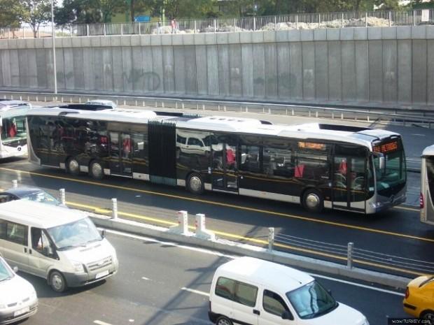صورة توضح تخصيص الجانب القريب من ممرات المشاة لحافلات النقل العام و توضح الصورة ايضا نوع من انواع الحافلات.
