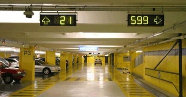الصورة الاخرى توضح استخدام التقنيات الحديثة لادارة الحركة المرورية داخل مواقف السيارات متعددة الطوابق.