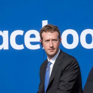 زوكربيرغ يعتذر من جديد عن التقصير في منع إلحاق الأذى بمستخدمي فيسبوك