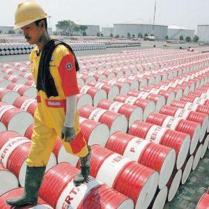 الصين تفرض رسوماً على واردات أمريكا وأسعار النفط تتراجع مع تصاعد التوترات