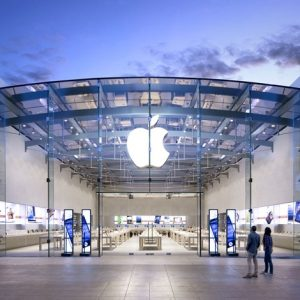 Apple تتصدر المشهد وتقترب من حاجز التريليون دولار