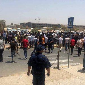 بعض من طلبة الشهادة الثانوية يتظاهرون داخل جامعة طرابلس احتجاجاً على صعوبة أسئلة مادة الإنجليزي قبل تفريقهم من قبل عناصر الأمن