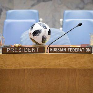 بالصور.. كرة كأس العالم في الأمم المتحدة والسفراء بقمصان منتخباتهم