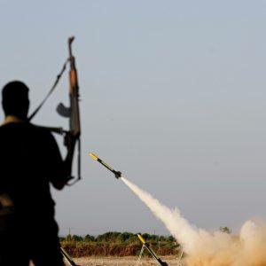 غارات جوية على قطاع غزة والفلسطينيين يردون بإطلاق القذائف على المستوطنات