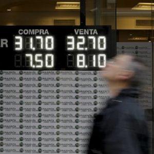 العملة الأرجنتينية تواجه شبح الانهيار