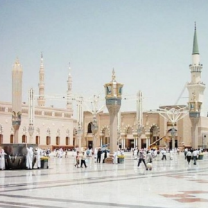 مُعتل نفسياً يفتح النار داخل ساحة المسجد النبوي الشريف!!