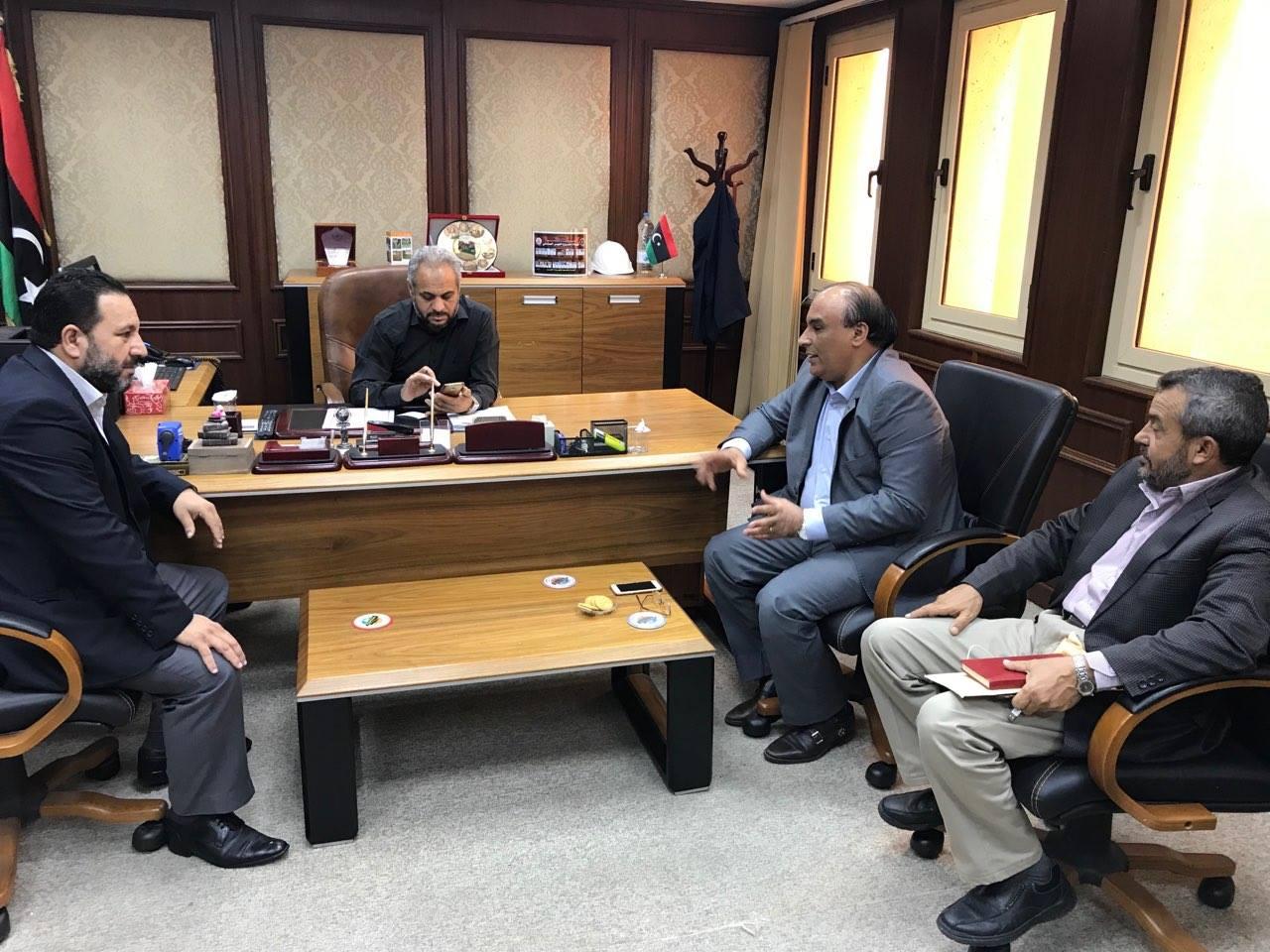 عميد بلدية سرت يبحث سبل الاهتمام بالمشاريع الزراعية وتنفيذ محطة تحلية مياه بالمدينة
