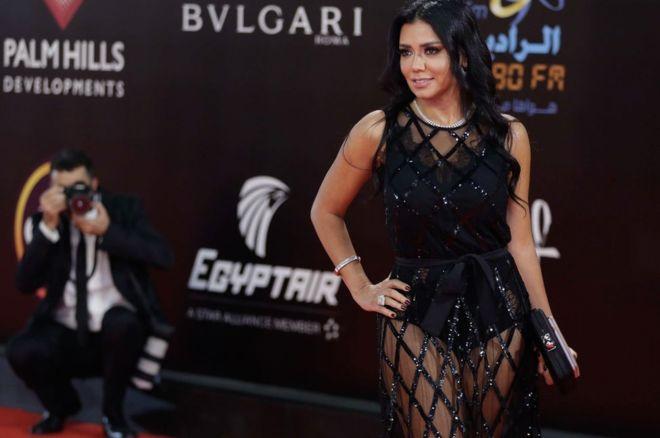 بالصور.. فستان رانيا يوسف قد يضعها في السجن لمدة 5 سنوات!