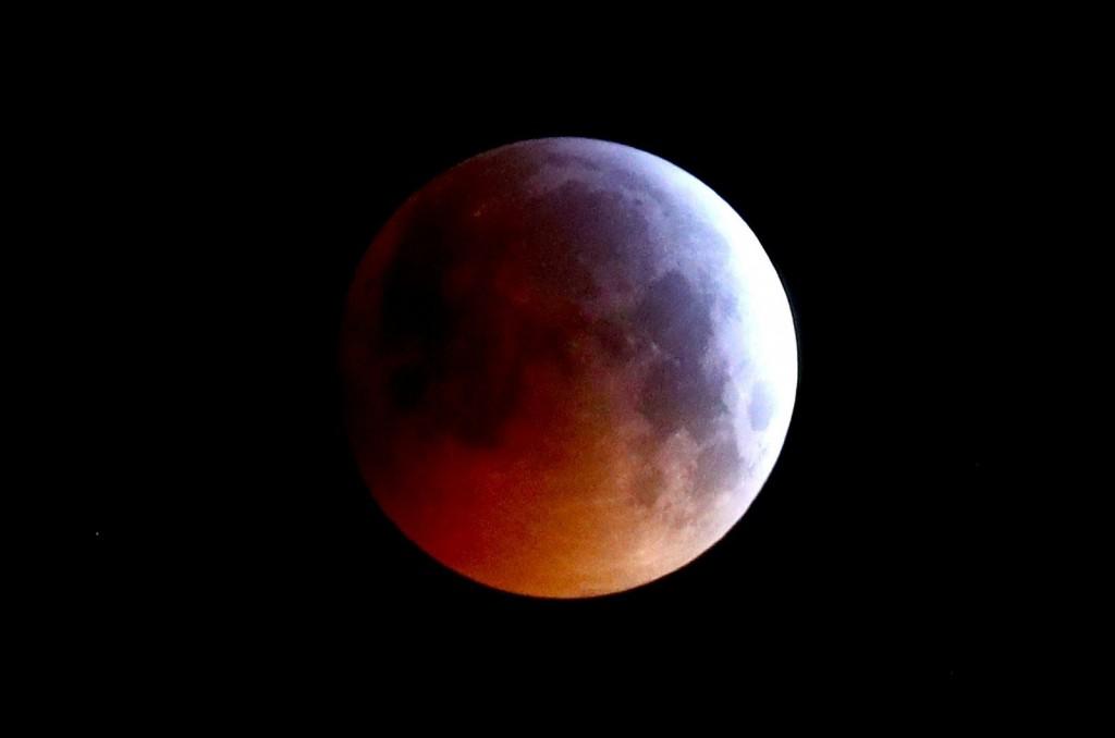 «قمر الذئب» الدموي في أوضح ظهور ببريطانيا