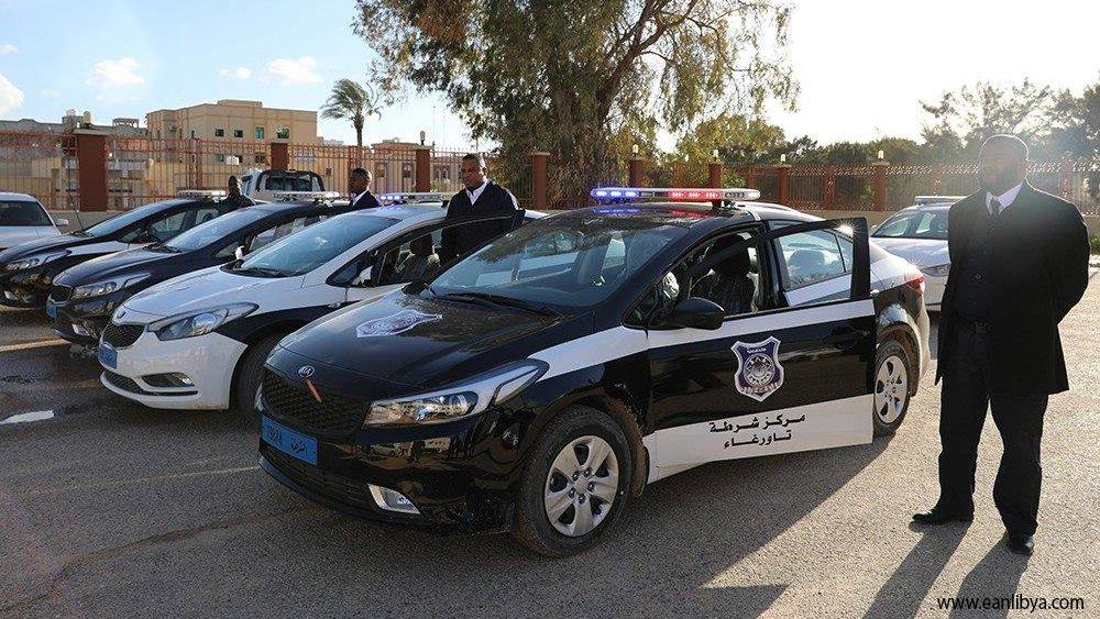 ضمن خطتها لدعم مديريات الأمن.. داخلية الوفاق تُسلم عدد من المركبات لمركز شرطة تاورغاء