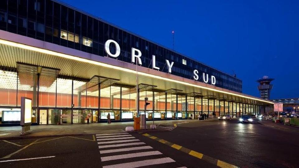 مطار أورلي في العاصمة الفرنسية باريس