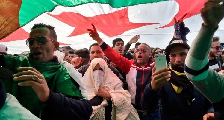 قطاع الصحة في الجزائر ينضم للشعب ويبدأ إضراباً عاماً للمطالبة برحيل النظام