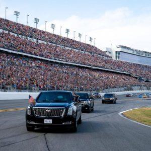 ترامب.. يستعرض داخل حلبة سباق «دايتونا» للسيارات