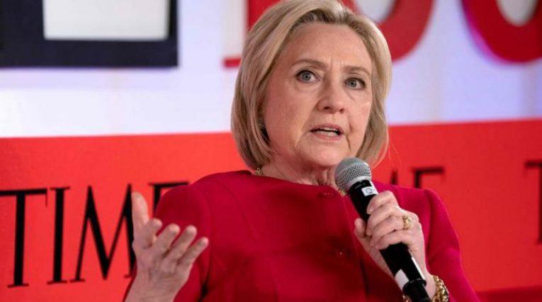 هيلاري كلينتون.. تصف ميركل بأنها «زعيمة فريدة»