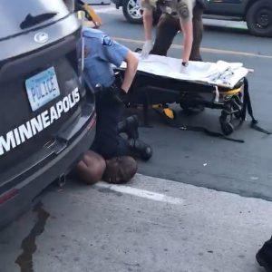 بلا رحمة شرطي أمريكي يقتل رجل أسود خنقاً