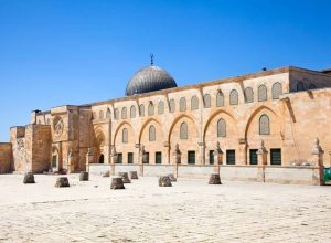 قوات الاحتلال تمنع الصلاة في الأقصى المُبارك وتعتقل خطيبه