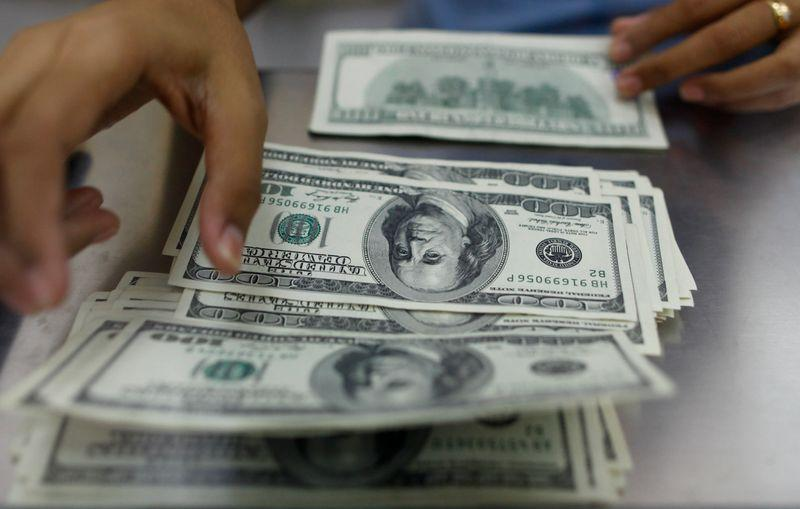 مخاوف المستثمرين من موجة ثانية لكورونا يرتفع الدولار