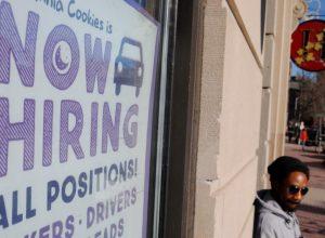 الولايات المتحدة.. البطالة تهبط مع تخفيف إجراءات «كورونا»