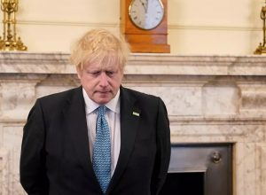 رئيس وزراء بريطانيا يُحمَّل نفسه مسؤولية استجابة الحكومة لتفشي كورونا