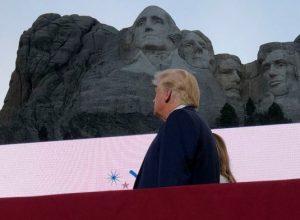 ترامب يَحْلُمُ بإضافة نفسه إلى جبل «رشمور»